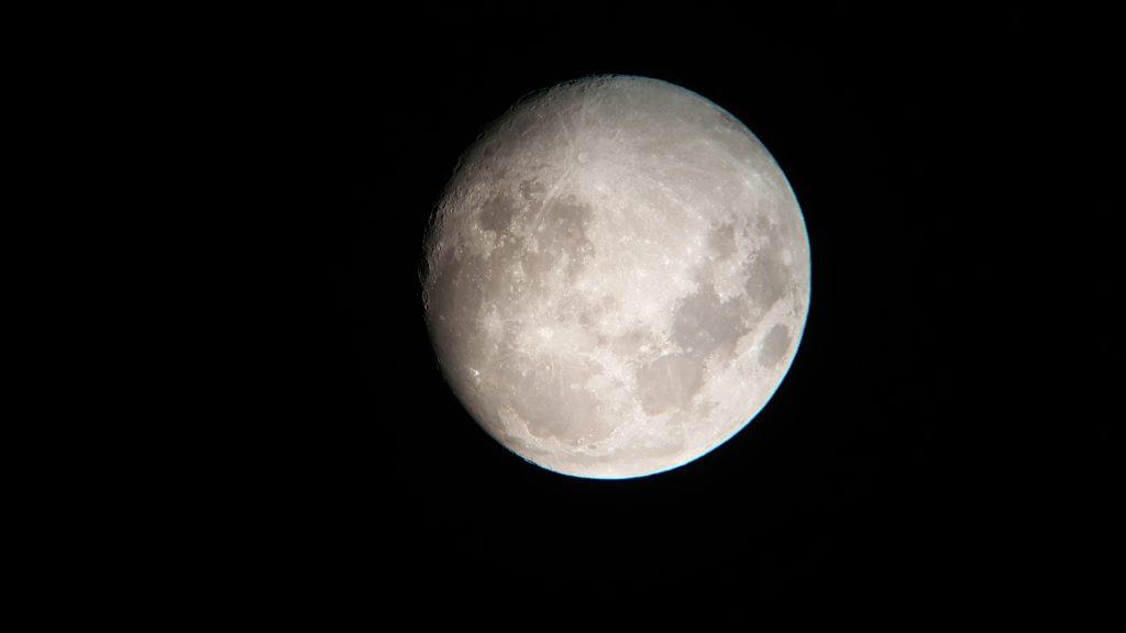 望遠鏡で見た月